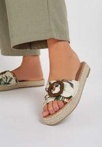 Renee - Beżowe Kwieciste Klapki Chellee. Nosek buta: otwarty. Kolor: beżowy. Wzór: aplikacja. Obcas: na platformie