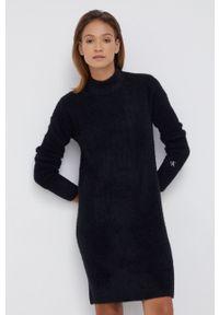Calvin Klein Jeans - Sukienka z domieszką wełny. Okazja: na co dzień. Typ kołnierza: golf. Kolor: czarny. Materiał: wełna. Długość rękawa: długi rękaw. Typ sukienki: proste. Styl: casual