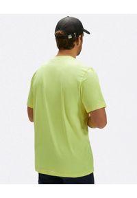 North Sails - NORTH SAILS - Żółty t-shirt z kontrastowym nadrukiem. Kolor: żółty. Materiał: bawełna. Wzór: nadruk