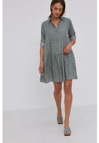 Answear Lab - Sukienka. Kolor: zielony. Materiał: tkanina. Długość rękawa: długi rękaw. Typ sukienki: rozkloszowane. Styl: wakacyjny