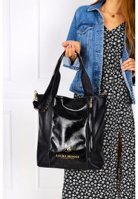 Laura Biaggi - Czarna torebka z frędzlami lakierowana wstawka laura biaggi dg02. Kolor: czarny. Dodatki: z frędzlami. Materiał: lakierowane