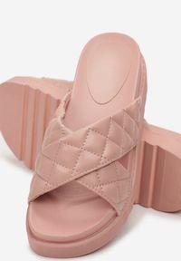 Renee - Różowe Klapki Laonise. Nosek buta: otwarty. Kolor: różowy. Materiał: guma. Wzór: paski. Obcas: na platformie