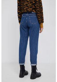 Calvin Klein Jeans - Jeansy Mom Jean. Kolor: niebieski
