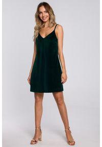 e-margeritka - Sukienka welurowa trapezowa mini zielona - s. Kolor: zielony. Materiał: welur. Długość rękawa: na ramiączkach. Typ sukienki: trapezowe. Styl: elegancki. Długość: mini
