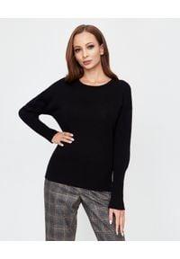 PESERICO - Czarny sweter z aplikacją. Okazja: do pracy. Typ kołnierza: dekolt na plecach. Kolor: czarny. Materiał: prążkowany, kaszmir, jedwab, wełna, materiał. Wzór: aplikacja. Styl: klasyczny