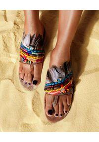 ELINA LINARDAKI - Kolorowe klapki Mambo Jumbo. Kolor: brązowy. Materiał: zamsz. Wzór: kolorowy. Obcas: na obcasie. Styl: wakacyjny. Wysokość obcasa: niski