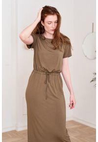Marie Zélie - Sukienka Elwina khaki. Okazja: na co dzień. Kolor: brązowy. Materiał: wiskoza, dzianina, materiał, elastan, tkanina, guma. Długość rękawa: krótki rękaw. Typ sukienki: proste. Styl: casual