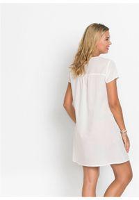 Biała sukienka bonprix z dekoltem w serek, w koronkowe wzory