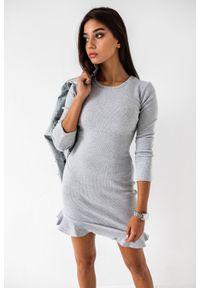 Marsala - Sukienka mini z falbanką i długim rękawem w kolorze szarym - DREAM BY MARSALA. Kolor: szary. Materiał: bawełna, prążkowany, materiał, elastan. Długość rękawa: długi rękaw. Typ sukienki: bodycon, sportowe. Styl: sportowy, elegancki. Długość: mini