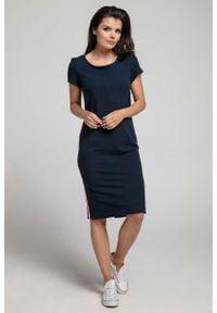 Nommo - Granatowa Wygodna Dzianinowa Sukienka za Kolano z Lampasem. Kolor: niebieski. Materiał: dzianina