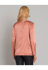 SOLUZIONE - Różowa bluzka z jedwabiu. Okazja: na co dzień. Typ kołnierza: dekolt w serek. Kolor: fioletowy, różowy, wielokolorowy. Materiał: jedwab. Długość: długie. Wzór: aplikacja. Styl: casual