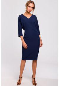 e-margeritka - Sukienka ołówkowa z kimonową górą granatowa - 2xl. Okazja: do pracy, na imprezę. Kolor: niebieski. Materiał: tkanina, poliester, materiał, elastan. Typ sukienki: ołówkowe. Styl: klasyczny, elegancki