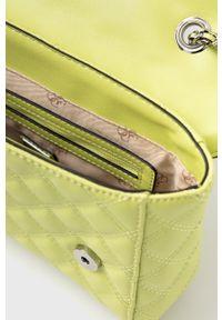 Guess - Torebka. Kolor: zielony. Materiał: pikowane. Rodzaj torebki: na ramię