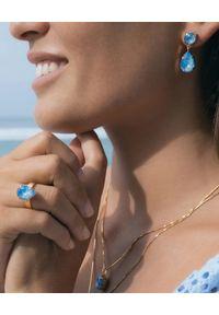 CAROLINE SVEDBOM - Kolczyki Ocean Blue Delite. Materiał: pozłacane, złote. Kolor: niebieski. Wzór: aplikacja. Kamień szlachetny: kryształ