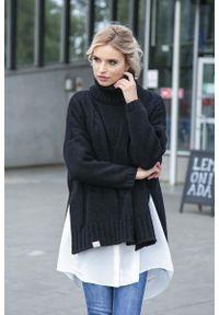 Czarny sweter oversize Fobya z asymetrycznym kołnierzem