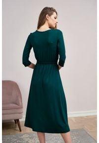 Marie Zélie - Sukienka Rita butelkowa zieleń mikromodal. Typ kołnierza: dekolt kopertowy. Materiał: dzianina, skóra, włókno, elastan, wiskoza. Długość rękawa: krótki rękaw. Typ sukienki: proste, kopertowe