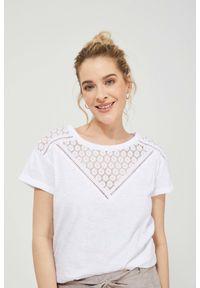 MOODO - T-shirt z koronką. Materiał: koronka. Długość rękawa: krótki rękaw. Długość: krótkie. Wzór: koronka