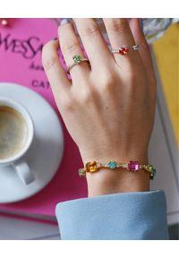 CAROLINE SVEDBOM - Bransoletka z kolorowymi kryształami. Materiał: pozłacane, złote. Kolor: złoty. Wzór: kolorowy. Kamień szlachetny: kryształ