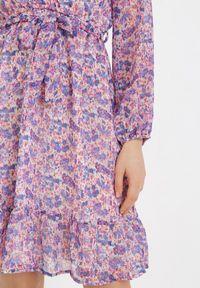 Born2be - Fioletowa Sukienka Iphaia. Kolor: fioletowy. Materiał: materiał. Długość rękawa: długi rękaw. Wzór: kwiaty, aplikacja. Typ sukienki: kopertowe. Długość: mini
