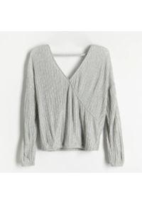 Reserved - Bluzka z plisowanej dzianiny - Jasny szary. Kolor: szary. Materiał: dzianina