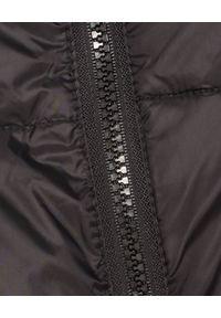 MALIPARMI - Czarny puchowy płaszcz z kapturem. Typ kołnierza: kaptur. Kolor: czarny. Materiał: puch. Długość: do kolan. Sezon: jesień, zima