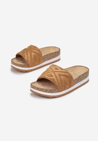 Born2be - Camelowe Klapki Gildal. Nosek buta: okrągły. Materiał: zamsz, guma. Wzór: geometria, aplikacja. Sezon: lato