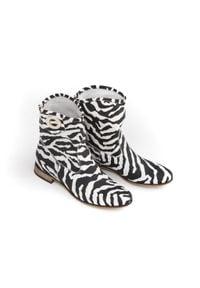 Zapato - wsuwane botki na płaskiej podeszwie - skóra naturalna - model 270 - kolor zebra. Zapięcie: bez zapięcia. Materiał: skóra. Szerokość cholewki: normalna. Wzór: motyw zwierzęcy. Obcas: na płaskiej podeszwie. Styl: klasyczny, boho