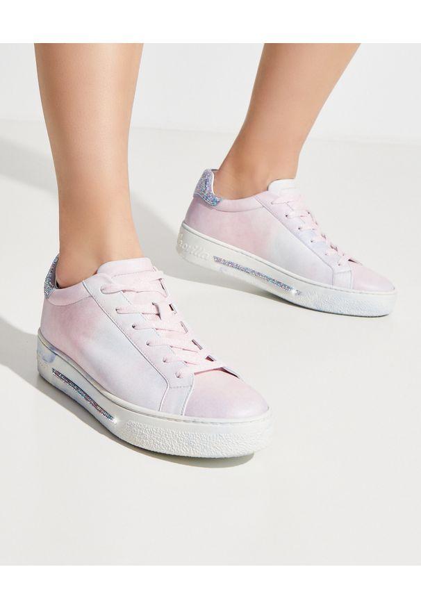 RENE CAOVILLA - Dwukolorowe sneakersy Xstra. Nosek buta: okrągły. Kolor: biały. Wzór: kolorowy