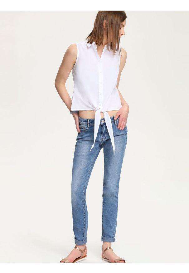 Biała bluzka TROLL w kolorowe wzory, krótka, z koszulowym kołnierzykiem