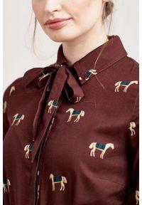 Marie Zélie - Sukienka Leandra Cavalos bordo. Typ kołnierza: kokarda. Materiał: bawełna, wiskoza, tkanina, materiał. Długość rękawa: długi rękaw