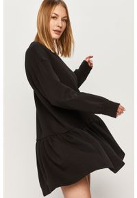 Czarna sukienka Answear Lab mini, na co dzień, prosta, z długim rękawem