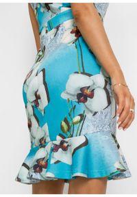 Sukienka ołówkowa z falbaną bonprix niebiesko-biały w kwiaty. Kolor: niebieski. Wzór: kwiaty. Typ sukienki: ołówkowe #3