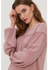 Jacqueline de Yong - Sukienka. Kolor: różowy. Materiał: tkanina, koronka. Długość rękawa: długi rękaw. Wzór: gładki. Typ sukienki: rozkloszowane