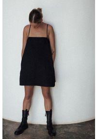 MUUV. - Sukienka The Kinky One. Kolor: czarny. Materiał: bawełna. Długość rękawa: na ramiączkach