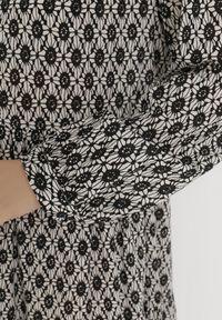 Born2be - Czarno-Biała Sukienka Toothsey. Okazja: na co dzień. Typ kołnierza: dekolt w serek. Kolor: czarny. Materiał: bawełna, skóra. Długość rękawa: długi rękaw. Wzór: geometria. Styl: casual. Długość: midi