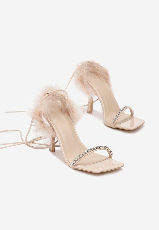 Beżowe sandały na słupku Renee