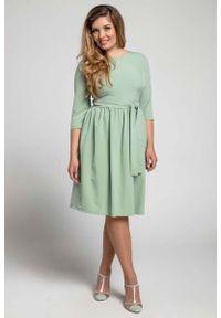 Nommo - Zielona Klasyczna Sukienka z Marszczonym Dołem PLUS SIZE. Kolekcja: plus size. Kolor: zielony. Materiał: wiskoza, poliester. Typ sukienki: dla puszystych. Styl: klasyczny