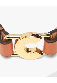 Coccinelle - COCCINELLE - Brązowa bransoletka ze skóry C Letter. Materiał: metalowe, złote. Kolor: brązowy. Wzór: aplikacja