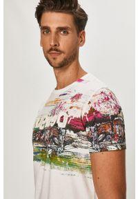 Biały t-shirt Desigual z nadrukiem, casualowy, na co dzień