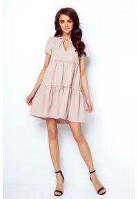e-margeritka - Sukienka z falbanami rozkloszowana różowa - 40. Okazja: do pracy, na randkę. Kolor: różowy. Materiał: tkanina, elastan, wiskoza, materiał. Styl: elegancki. Długość: midi