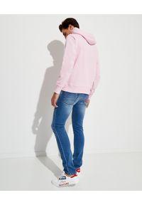 Versace Jeans Couture - VERSACE JEANS COUTURE - Różowa bluza z kapturem. Okazja: na co dzień. Typ kołnierza: kaptur. Kolor: wielokolorowy, fioletowy, różowy. Materiał: bawełna. Styl: casual
