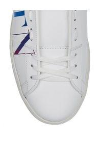 VALENTINO - Skórzane sneakersy z kolorowym logo VLTN Open. Okazja: na co dzień. Nosek buta: okrągły. Kolor: biały. Materiał: skóra. Wzór: kolorowy