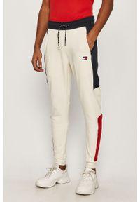 Kremowe spodnie dresowe Tommy Sport z aplikacjami