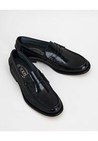 TOD'S - Czarne skórzane loafery. Kolor: czarny. Materiał: skóra. Wzór: aplikacja. Obcas: na obcasie. Wysokość obcasa: niski #3