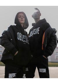 MAJORS - Czarna bluza z brokatowym nadrukiem OBSESSIVE. Okazja: na co dzień. Kolor: czarny. Materiał: tiul, jeans. Długość rękawa: długi rękaw. Długość: długie. Wzór: nadruk. Styl: casual