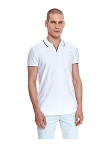 TOP SECRET - T-shirt polo strukturalny. Okazja: do pracy. Typ kołnierza: polo. Kolor: biały. Materiał: tkanina. Długość rękawa: krótki rękaw. Długość: krótkie. Sezon: lato. Styl: wakacyjny, klasyczny, elegancki