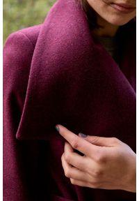 Marie Zélie - Płaszcz wełniany Adela bordowy. Kolor: czerwony. Materiał: wełna. Długość rękawa: długi rękaw. Długość: krótkie. Wzór: motyw zwierzęcy, ze splotem. Sezon: zima #6