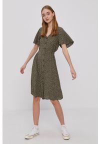 Protest - Sukienka. Kolor: zielony. Materiał: tkanina. Długość rękawa: krótki rękaw. Typ sukienki: rozkloszowane