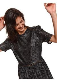 TOP SECRET - Plisowana sukienka w kropki. Okazja: na imprezę. Kolor: czarny. Materiał: materiał. Długość rękawa: krótki rękaw. Wzór: kropki. Sezon: zima. Styl: elegancki