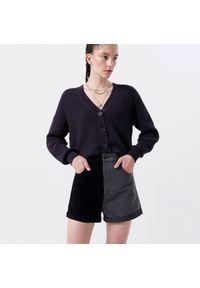 Cropp - Jeansowe szorty mom - Czarny. Kolor: czarny. Materiał: jeans